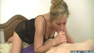 Очкастая мамочка дрочит член пасынка и натирает руками свои сиськи